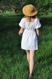 Muchacha en el vestido blanco, caminando en el jardín viejo Imágenes de archivo libres de regalías