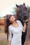 Muchacha en el vestido blanco con el caballo Foto de archivo libre de regalías