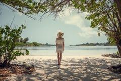 Muchacha en el vestido blanco en el océano maldives Vacaciones reconstrucción tropics Imagen de archivo
