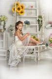 Muchacha en el vestido blanco en un oscilación Fotos de archivo libres de regalías