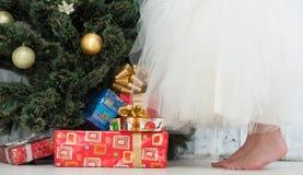 Muchacha en el vestido blanco que adorna el árbol del Año Nuevo Fotos de archivo