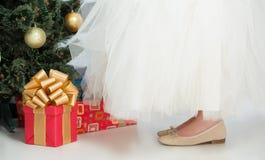 Muchacha en el vestido blanco que adorna el árbol del Año Nuevo en casa Foto de archivo