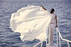 Muchacha en el vestido de boda blanco, visión trasera Fotografía de archivo libre de regalías