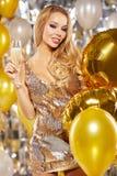 Muchacha en el vestido de noche con los vidrios del champán - Año Nuevo, celebra Imagen de archivo