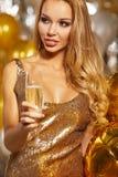 Muchacha en el vestido de noche con los vidrios del champán - Año Nuevo, celebra Foto de archivo