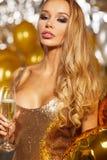 Muchacha en el vestido de noche con los vidrios del champán - Año Nuevo, celebra Fotografía de archivo
