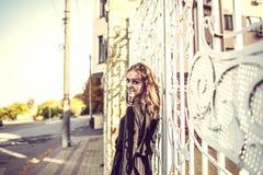 Muchacha en el vestido negro, tiempo del otoño en la ciudad foto de archivo libre de regalías