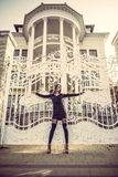 Muchacha en el vestido negro, tiempo del otoño en la ciudad imagen de archivo