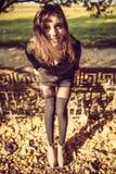 Muchacha en el vestido negro, tiempo del otoño en la ciudad fotos de archivo libres de regalías