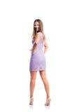 Muchacha en el vestido púrpura del cordón, talones, tiro del estudio, aislado Imágenes de archivo libres de regalías