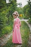 Muchacha en el vestido rosado largo que presenta en el fondo 6649 de la naturaleza Imagenes de archivo