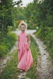 Muchacha en el vestido rosado largo que presenta en el fondo 6648 de la naturaleza Foto de archivo