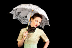 Muchacha en el vestido victoriano que sostiene un paraguas blanco Imagen de archivo