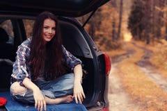 Muchacha en el viaje del otoño en coche Fotos de archivo