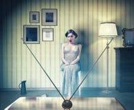 Muchacha en el vintage interior, TV de observación Foto de archivo libre de regalías