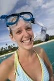 Muchacha en engranaje del tubo respirador cerca de una playa tropical en Fiji Fotos de archivo