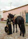 Muchacha en equipo mexicano tradicional y caballo negro Fotos de archivo libres de regalías