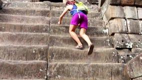 Muchacha en escaleras del anfiteatro almacen de video