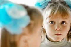 Muchacha en espejo Fotos de archivo libres de regalías