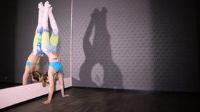 Muchacha en espejo de la guita de la danza del polo del baile del color almacen de metraje de vídeo