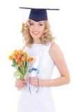 Muchacha en esquina-casquillo con el diploma y las flores Imagenes de archivo