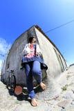 Muchacha en esquina de calle Fotografía de archivo