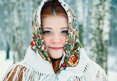 Muchacha en estilo eslavo Una muchacha en una bufanda imagenes de archivo
