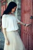Muchacha en falda beige del smoking y la blusa blanca Imagenes de archivo
