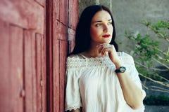 Muchacha en falda beige del smoking y la blusa blanca Fotografía de archivo