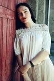 Muchacha en falda beige del smoking y la blusa blanca Imagen de archivo