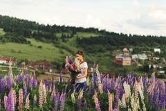 Muchacha en flores del verano foto de archivo