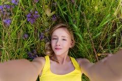 Muchacha en flores púrpuras al aire libre en verano Fotografía de archivo