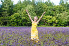 Muchacha en flores púrpuras al aire libre en verano Imágenes de archivo libres de regalías