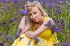 Muchacha en flores púrpuras al aire libre en verano Fotos de archivo