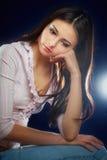 muchacha en fondo oscuro Foto de archivo