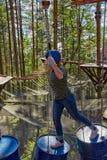 Muchacha en Forest Rope Park Challenge Fotos de archivo libres de regalías