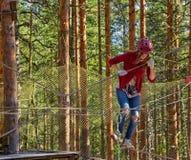 Muchacha en Forest Rope Park Challenge Fotos de archivo