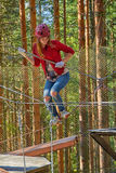 Muchacha en Forest Rope Park Challenge Imagen de archivo