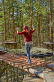 Muchacha en Forest Rope Park Challenge Foto de archivo