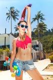 Muchacha en gafas de sol con longboard Fotografía de archivo libre de regalías