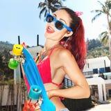 Muchacha en gafas de sol con longboard Foto de archivo libre de regalías