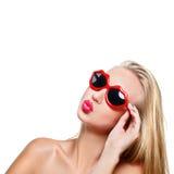 Muchacha en gafas de sol formadas labios Fotos de archivo libres de regalías