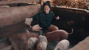 Muchacha en granja de cerdo