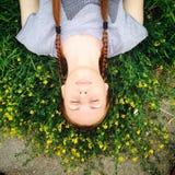 Muchacha en guirnalda de las flores Fotografía de archivo