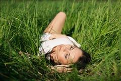 Muchacha en hierba Fotografía de archivo
