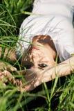 Muchacha en hierba Fotografía de archivo libre de regalías