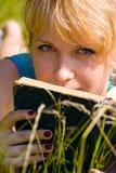 Muchacha en hierba con el libro Foto de archivo