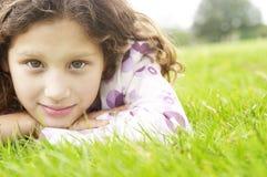 Muchacha en hierba en parque. Fotos de archivo libres de regalías