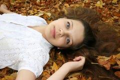 Muchacha en hojas imagenes de archivo