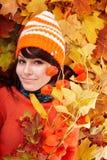 Muchacha en hojas anaranjadas del otoño. Imágenes de archivo libres de regalías